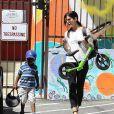 Exclusif - Sandra Bullock va chercher son fils Louis à l'école à Los Angeles, le 11 avril 2014.