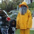 Sandra Bullock et son fils Louis font la chasse aux bonbons pour Halloween à Los Angeles, le 31 octobre 2013.