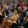 Chris O'Neill et Madeleine de Suède avec leur fille la princesse Leonore, el couple royal, Eva O'Neill, les princes Carl Philip et Daniel : le premier rang au baptême de Leonore, le 8 juin 2014 en la chapelle royale du palais Drottningholm à Stockholm. En face se trouvait l'espiègle Leonore.