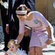 La princesse Estelle de Suède avec sa maman la princesse Victoria à la sortie de la chapelle royale, le 8 juin 2014 à Stockholm, après le baptême de sa cousine la princesse Leonore.