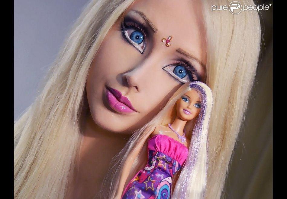 Valeria Lukyanova, la Barbie humaine pose à côté d'une poupée Barbie.