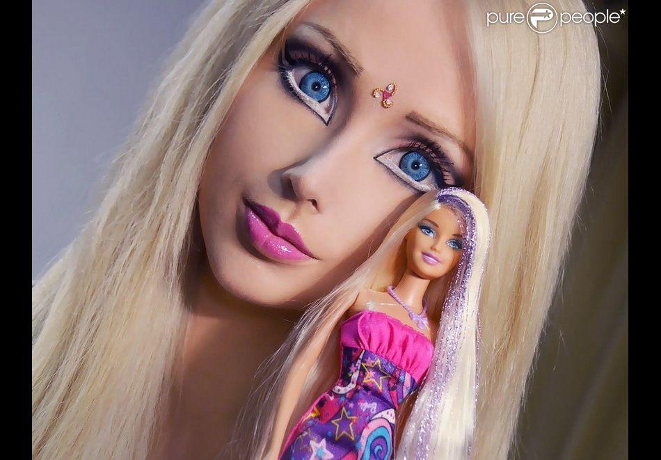 Valeria lukyanova la barbie humaine pose à côté d une poupée