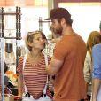 Elsa Pataky (trois semaines après son accouchement) et Chris Hemsworth se baladent avec leur fille India, à Malibu, Los Angeles, le 9 avril 2014.