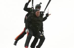 George Bush père : 'Euphorique' pour ses 90 ans, il s'offre un saut en parachute