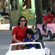 Elisabetta Gregoraci, épouse de Flavio Briatore, en pleine initiation à la conduite avec leur fils Nathan Falco dans les rues de Marina di Pietrasanta, le 7 juin 2014