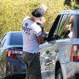 Exclusif - Josh Duhamel, pieds nus, avec son fils Axl à Brentwood, le 12 juin 2014.