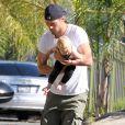 Exclusif - Josh Duhamel, en compagnie son fils Axl dans le quartier de Brentwood, le 12 juin 2014.