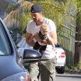 Exclusif - Josh Duhamel, pieds nus, sort de chez lui avec son fils Axl pour discuter avec un ami à Brentwood, le 12 juin 2014.