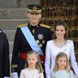 Le nouveau roi Felipe VI, la reine Letizia d'Espagne et leurs filles, la princesse Leonor et l'infante Sofia, arrivent au parlement pour la cérémonie d'investiture à Madrid. Le 19 juin 2014.