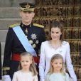 Le roi Felipe VI, la reine Letizia d'Espagne et leurs filles Leonor et Sofia, arrivent au parlement pour la cérémonie d'investiture à Madrid. Le 19 juin 2014.