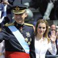 Le roi Felipe VI et la reine Letizia d'Espagne saluent la foule après la cérémonie d'investiture au parlement sur le chemin du palais royal à Madrid, le 19 juin 2014.