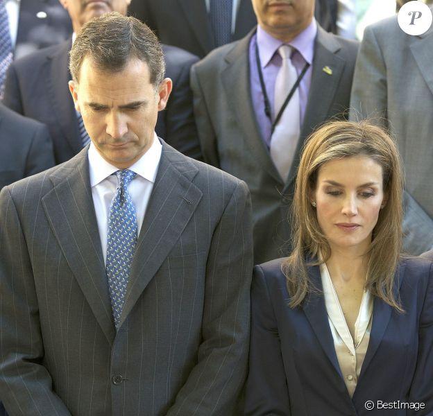 Le roi Felipe VI et son épouse la reine Letizia d'Espagne ont observé une minute de silence en mémoire des victimes de terrorisme, le 21 juin 2014 à Madrid au palais Zurbano