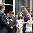 Nicolas Sarkozy décore Ingrid Betancourt dans les jardins de l'Elysée, le 14 juillet 2008. Lozenzo et Mélanie, les enfants de l'ex-otage, sont au premier rang.