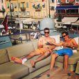Johnny Lowe, avec un de ses amis, en vacances à Saint-Tropez le 21 juin 2014.