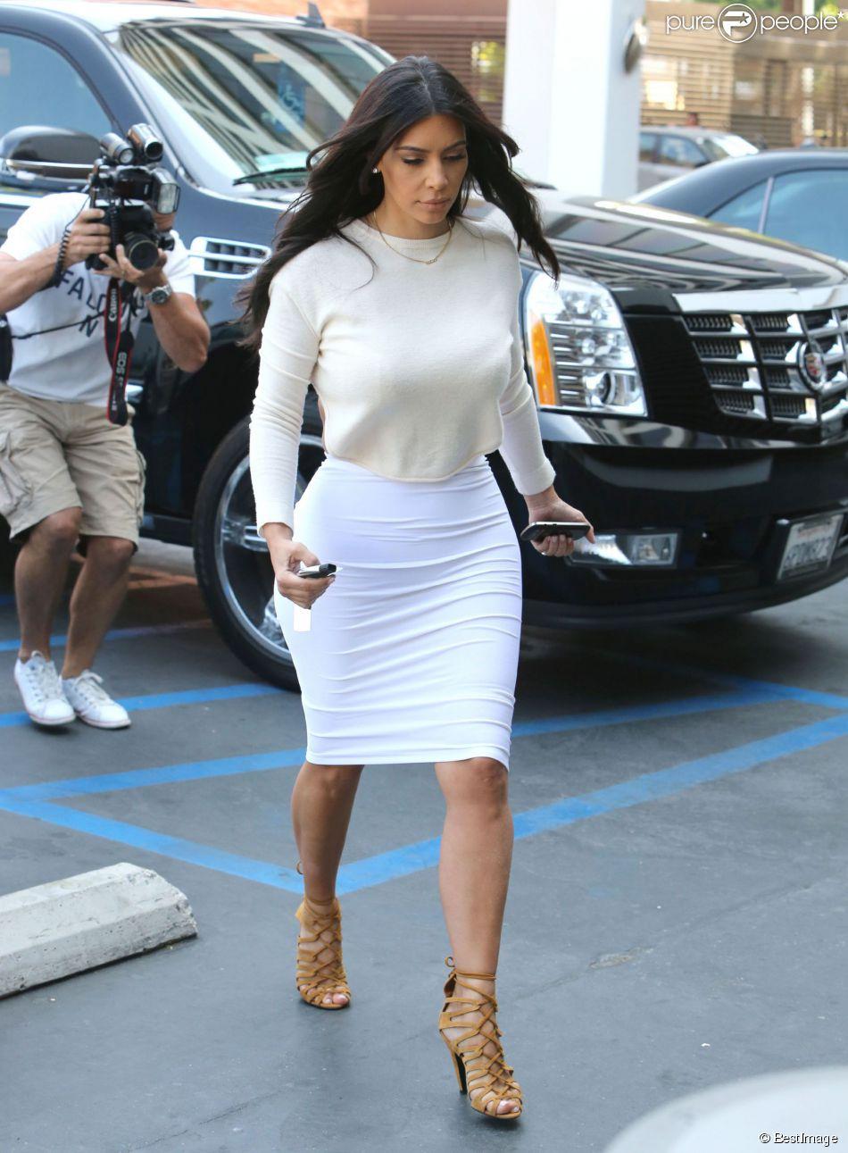 Kim Kardashian à Beverly Hills, porte un top à dos nu Hanji, une jupe Wolford et des souliers Hermès. Le 23 juin 2014.