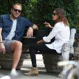 Alexa Chung, détendue à New York, porte une chemise blanche, un jean slim noir et des bottines Saint Laurent. Le 23 juin 2014.