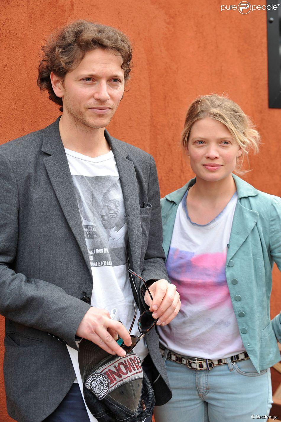 Le chanteur Raphaël et sa compagne Mélanie Thierry au village des Internationaux de France de tennis de Roland Garros à Paris le 2 juin 2014.