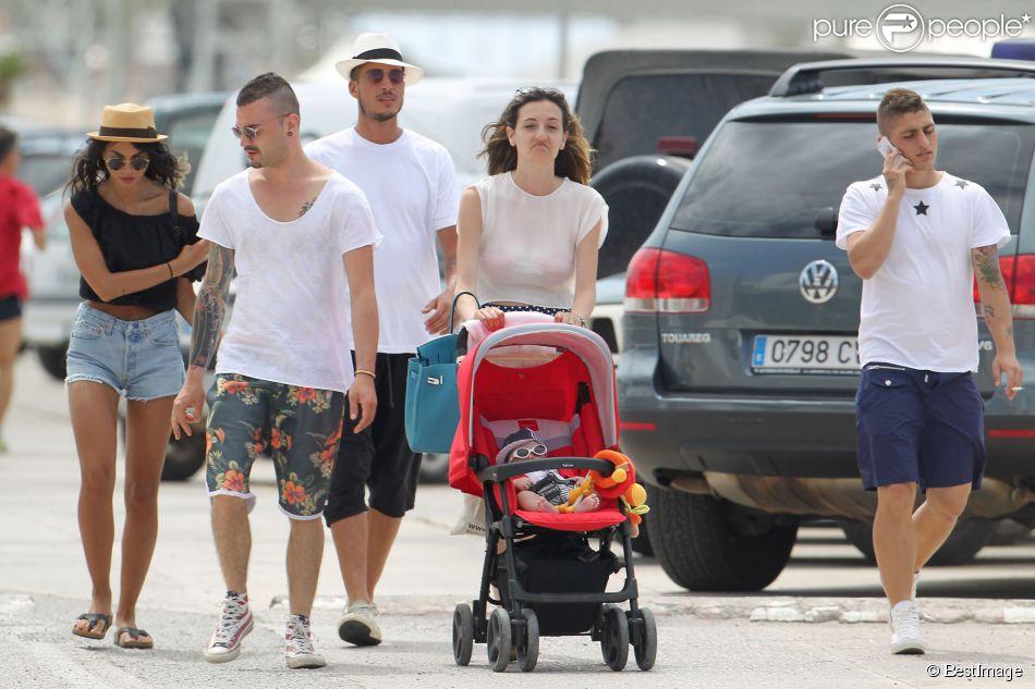 Marco Verratti, en vacances à Ibiza, le 29 jun 2014 en compagnie de son téléphone, son fils Tommaso et de sa compagne Laura
