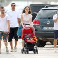 Marco Verratti, en vacances et au télépone à Ibiza, le 29 jun 2014 en compagnie de son fils Tommaso et de sa compagne Laura