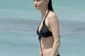 Heather Graham, 44 ans, sculpturale en bikini, loin de ses tracas judiciaires