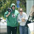Promenade en amoureux de Jennifer Garner et Ben Affleck à Brentwood le 7 mai 2005