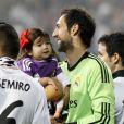 Diego Lopez et sa fille Zoe fêtent la victoire en Ligue des champions au stade Santiago Bernabeu à Madrid le 25 mai 2014.