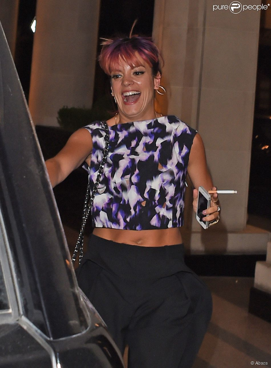 """Lily Allen à la sortie du restaurant """"Locanda Locatelli"""" à Londres après un dîner avec son ex-boyfriend, le 3 juillet 2014."""