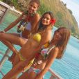Chloé Mortaud et Alexandra Rosenfeld prennent la pose ensemble à Tahiti. Juin 2014.