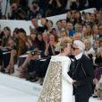 Karl Lagerfeld salue ses invités lors du final du défilé haute couture Chanel. Paris, le 8 juillet 2014.