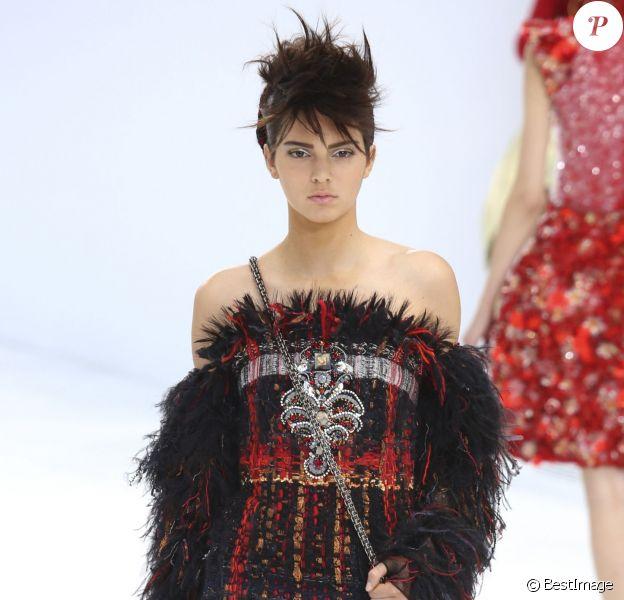 Kendall Jenner défile pour Chanel lors du show haute couture automne-hiver 2014-2015 au Grand Palais. Paris, le 8 juillet 2014.