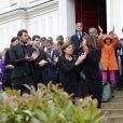 Les enfants de Benoît Duquesne autour de son épouse Elisabeth, leur maman, lors de ses obsèques, à l'église Jeanne d'Arc de Versailles, le jeudi 10 juillet 2014.