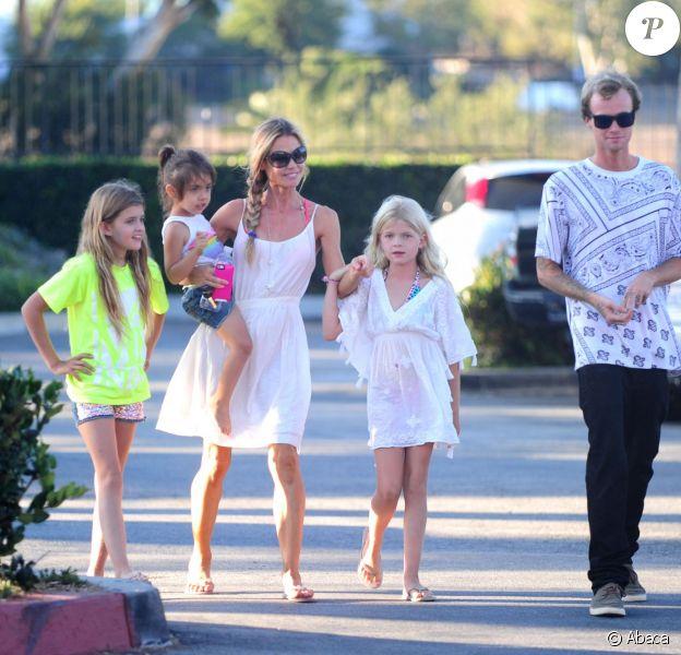 Denise Richards avec ses filles Lola, Sam et Eloise et son neveu dans les rues de Malibu, le 10 juillet 2014.