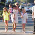 Denise Richards avec ses filles et son neveu dans les rues de Malibu, le 10 juillet 2014.