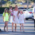 Denise Richards avec ses filles Lola, Sam et Eloise et son neveu dans les rues de Los Angeles, le 10 juillet 2014.