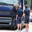 """Abbey Clancy prend en photo la """"tax disc"""" du camion après avoir été victime d'un accident de voiture, le 13 juillet 2014 à Londres"""