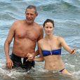 Exclusif - Jeff Goldblum et Emilie Livingston, fraîchement fiancés, profitent de leurs vacances à Hawaii, le 15 juillet 2014.