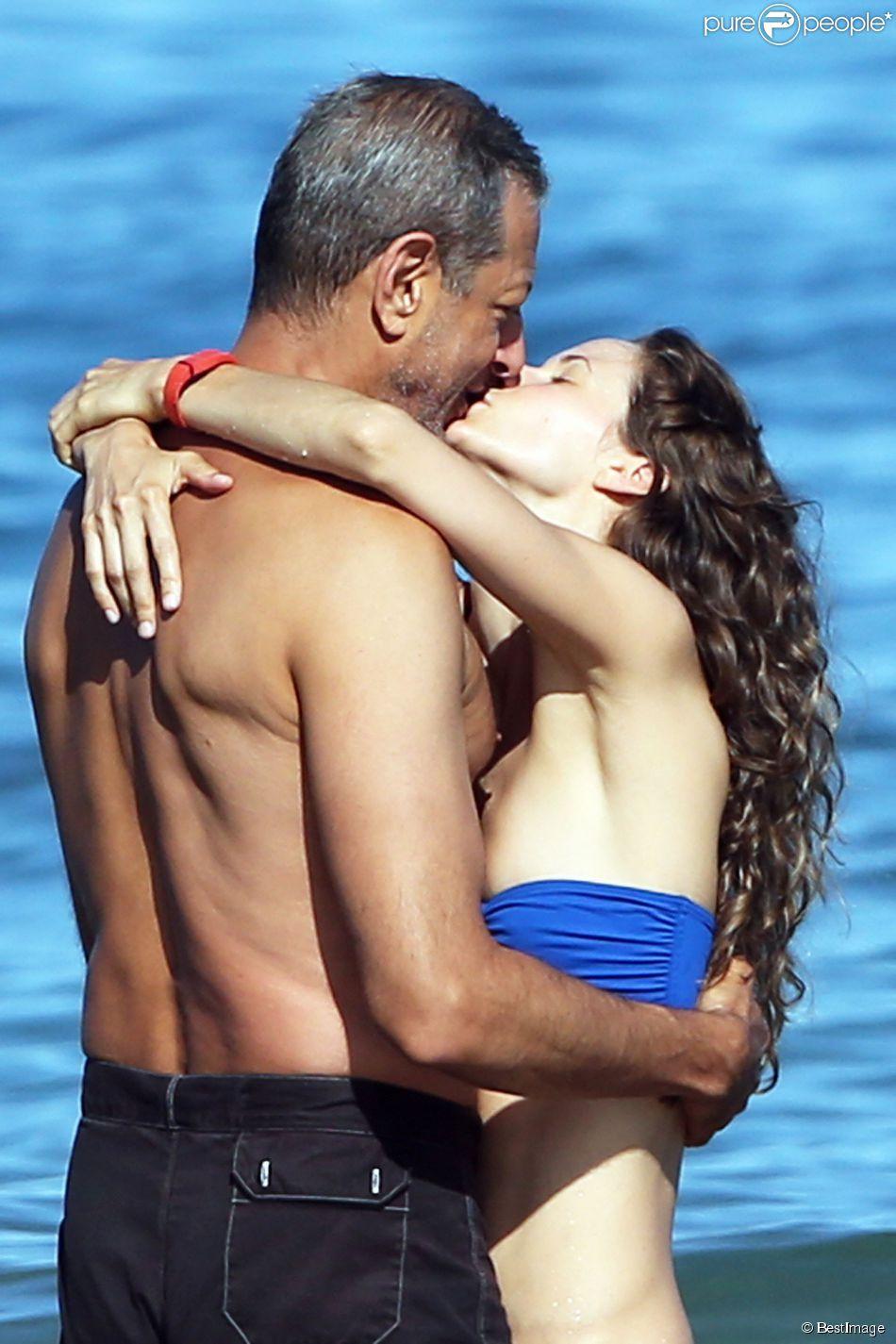 Exclusif - Jeff Goldblum et sa fiancée Emilie Livingston s'embrassent fougueusement lors de leurs vacances à Hawaii, le 16 juillet 2014.