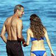 Exclusif - Jeff Goldblum et sa fiancée Emilie Livingston se baignent lors de leurs vacances à Hawaii, le 16 juillet 2014.