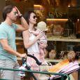 Tamara Ecclestone et son époux Jay Rutland avec leur fille Sophia dans les rues de Saint-Tropez, le 20 juillet 2014