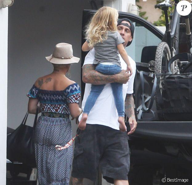 Pink, son mari Carey Hart et leur fille Willow devant leur domicile à Los Angeles, le 19 juillet 2014.