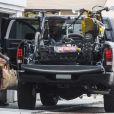 Carey Hart charge la voiture devant son domicile de Los Angeles, le 19 juillet 2014.