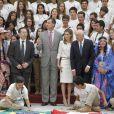 """Le roi Felipe VI et son épouse la reine Letizia d'Espagne en audience les jeunes participants du 29e programme culturel """"Ruta BBVA 2014"""", dédié au Pérou, au palais royal du Pardo à Madrid, le 21 juillet 2014."""