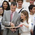"""Le roi Felipe VI et la reine Letizia d'Espagne refont la route... Le couple royal recevait en audience les jeunes participants du 29e programme culturel """"Ruta BBVA 2014"""", dédié au Pérou, au palais royal du Pardo à Madrid, le 21 juillet 2014."""