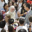 """Le roi Felipe VI et la reine Letizia d'Espagne recevaient en audience les jeunes participants du 29e programme culturel """"Ruta BBVA 2014"""", dédié au Pérou, au palais royal du Pardo à Madrid, le 21 juillet 2014."""