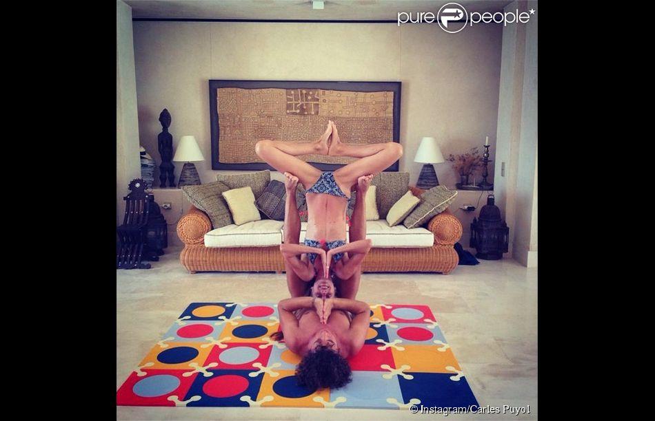 Carles Puyol et Vaneza Lorenzo s'essaient à l'équilibrisme, à Ibiza, photo publiée sur le compte Instagram de Carles Puyol, le 28 juin 2014