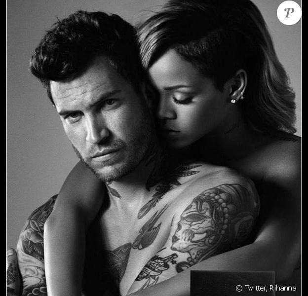 Rihanna, enivrée par un beau gosse tatoué sur le visuel de Rogue Man, son premier parfum pour hommes.