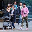 Olivia Wilde et son fiancé Jason Sudeikis déjeunent au restaurant avec leur fils Otis, puis vont se promener à New York, le 18 mai 2014.