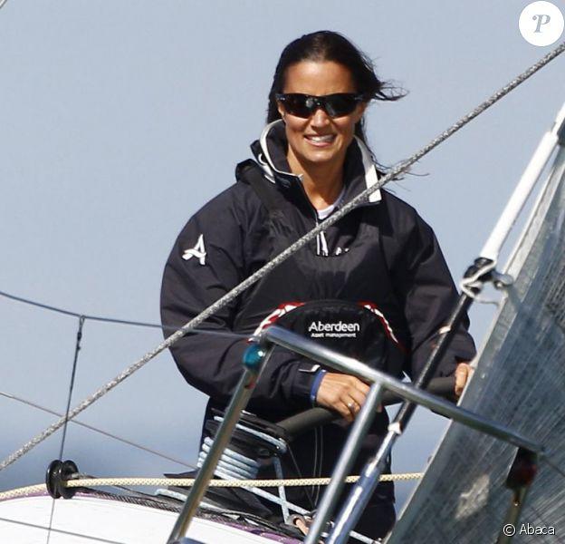 Pippa Middleton à la barre du bateau de l'équipage UKSA lors de l'Aberdeen Asset Management Cowes Week le 3 août 2014 au large de l'île de Wight.