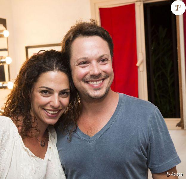 Davy Sardou et sa femme Noémie Elbaz dans les coulisses de la pièce L'Affrontement lors du 30e Festival de Ramatuelle, le 5 août 2014.