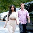 Kim Kardashian (et Jonathan Cheban) à Southampton, le 13 août 2014.